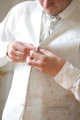 Bräutigam beim Ankleiden vor der Hochzeit
