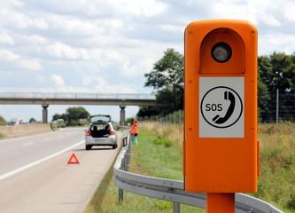 Autopanne und Notrufsäule auf der Autobahn