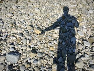 Schattenmann hält Kieselstein