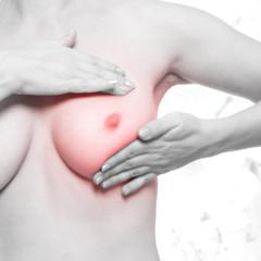Frau tastet ihre Brust ab, Krebsvorsorge - schwarz weiß