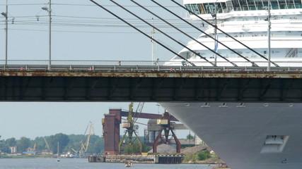 HD - Cruise ship near the bridge. timelapse