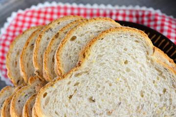 Vers meergranenbrood op een bord met servet
