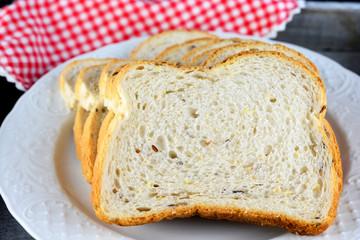 Vers meergranenbrood op een wit bord