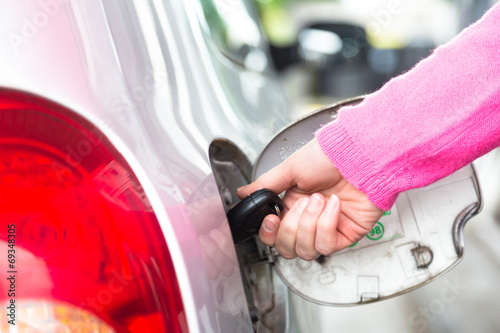 Opening the fuel tank with a key - 69348305