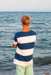 Teenager blickt aufs Meer