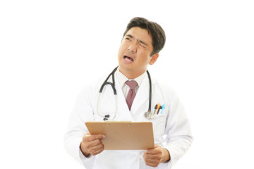 疲れた表情の医師