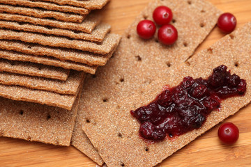 Crispbread with cranberry sauce