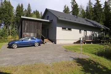 загородный дом с территорией для машиноместа и зеленым газоном