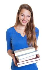 Lachende Studentin will Bücher ausleihen