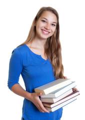 Studentin bereitet sich mit Fachliteratur auf das Studium vor