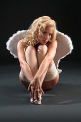 blonde Frau mit Engelsflügel