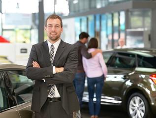 Verkäufer im Autohaus // Salesman in car showroom