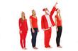 Gruppe von Menschen in Weihnachtskostüm starrt nach oben