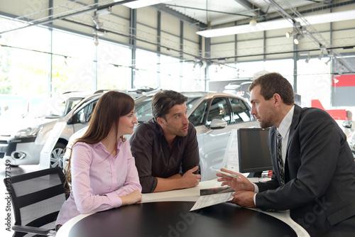 Verkaufsgespräch im Autohandel // Sales talk in the car trade - 69377359