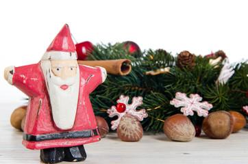 weihnachtsmann mit weihnachtsdeko