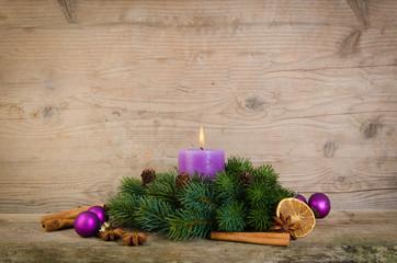 adventsgesteck mit lila deko