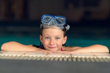 Hübsches kleines Mädchen mit einer Taucherbrille