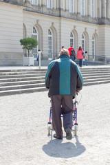 Rentner mit Rollator
