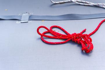 Rotes Seil auf einem Schiff