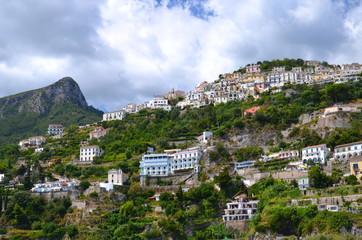 przepiękny widok miejscowości raito na wybrzeżu amalfi, włochy