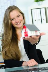 maklerin präsentiert miniaturhaus