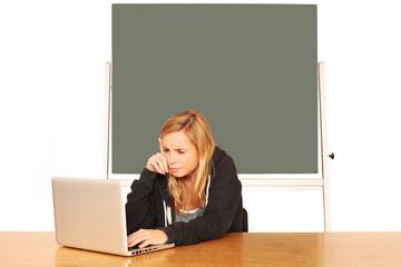 junge Lehrerin bei der Arbeit