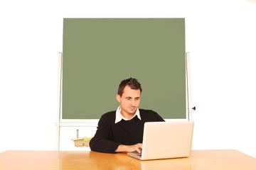 junger Lehrer mit Laptop