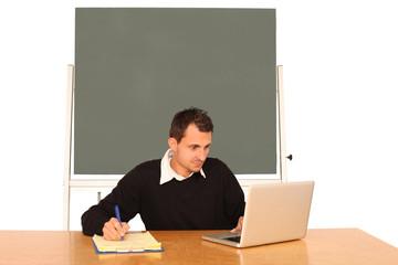junger Lehrer schreibt Notizen auf