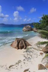 Plage tropicale et rochers