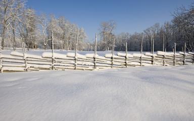 Snö på gärdesgården