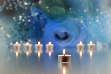 Kerzen mit Gemälde im Hintergrund