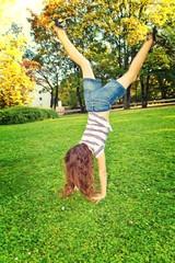 Mädchen macht einen Handstand