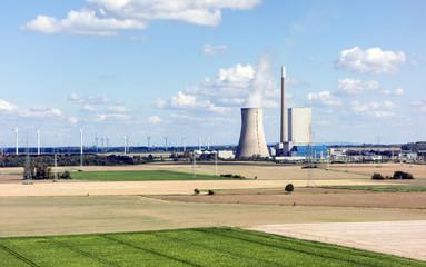 Kohlekraftwerk und Windenergieanlage