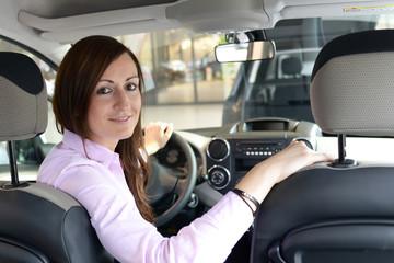 Kundin testet Auto im Autohaus