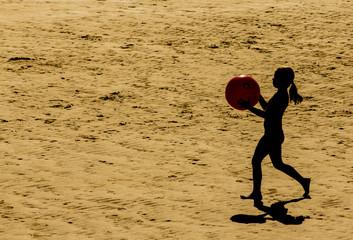 niña jugando con balón de playa