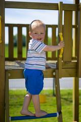 Junge auf Leiter
