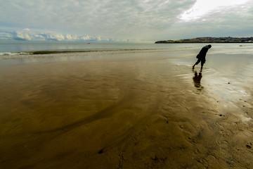 Hombre paseando por la playa