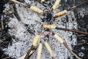 Stockbrot auf Lagerfeuer