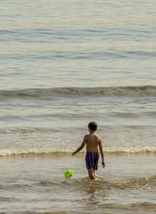 Niño jugando en la playa