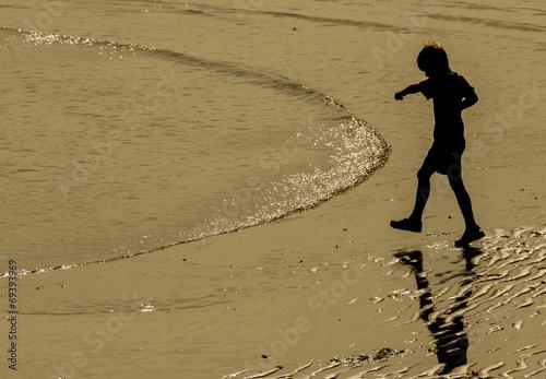 Niño jugando en la playa © Marco Antonio Fdez.
