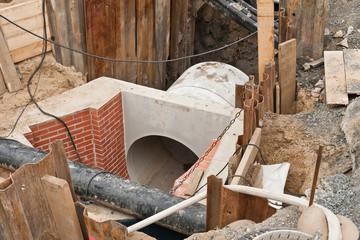 Bauarbeiten an einem neuen Kanalschacht