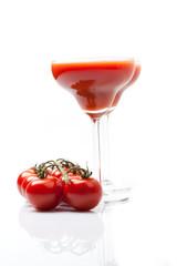 Tomatensaft Smoothie mit Spiegelung, weißer Hintergrund
