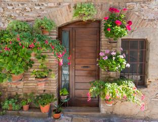 Elegante porta di legno con fiori
