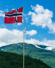 Norwegische Flagge vor Gebirge