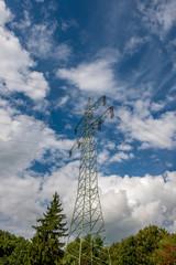Hochspannungsleitung vor weißblauem Himmel