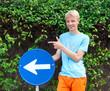 Teenager mit Verkehrszeichen
