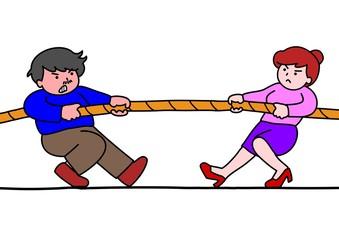 綱引きをする男女