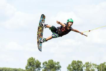 Wakeboarder fliegt und schreit
