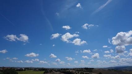 Belle nuvole su campagna con passaggi aerei, time lapse