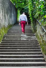 Homme monte les escalier de Fourvière, à Lyon